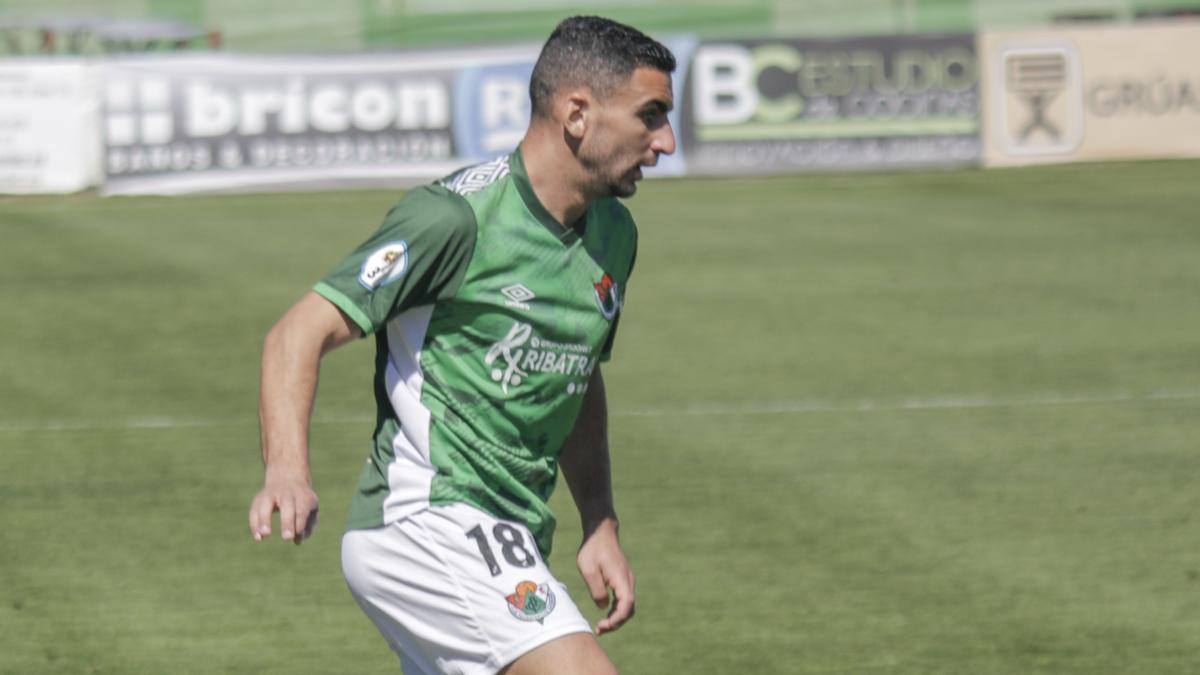 Dani Gallardo controla el balón durante un partido.