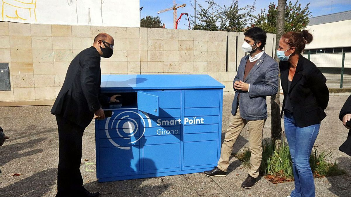 Puigneró i Madrenas en la presentació dels contenidors intel·ligents del nou sistema de paqueteria.   ACN