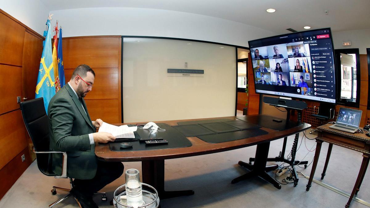 El presidente del Principado, Adrián Barbón, durante la reunión del Consejo de Gobierno de esta mañana, celebrado de forma telemética.