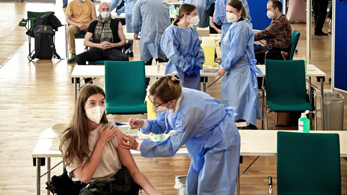 Una joven recibe la vacuna contra la covid-19 en Colonia.