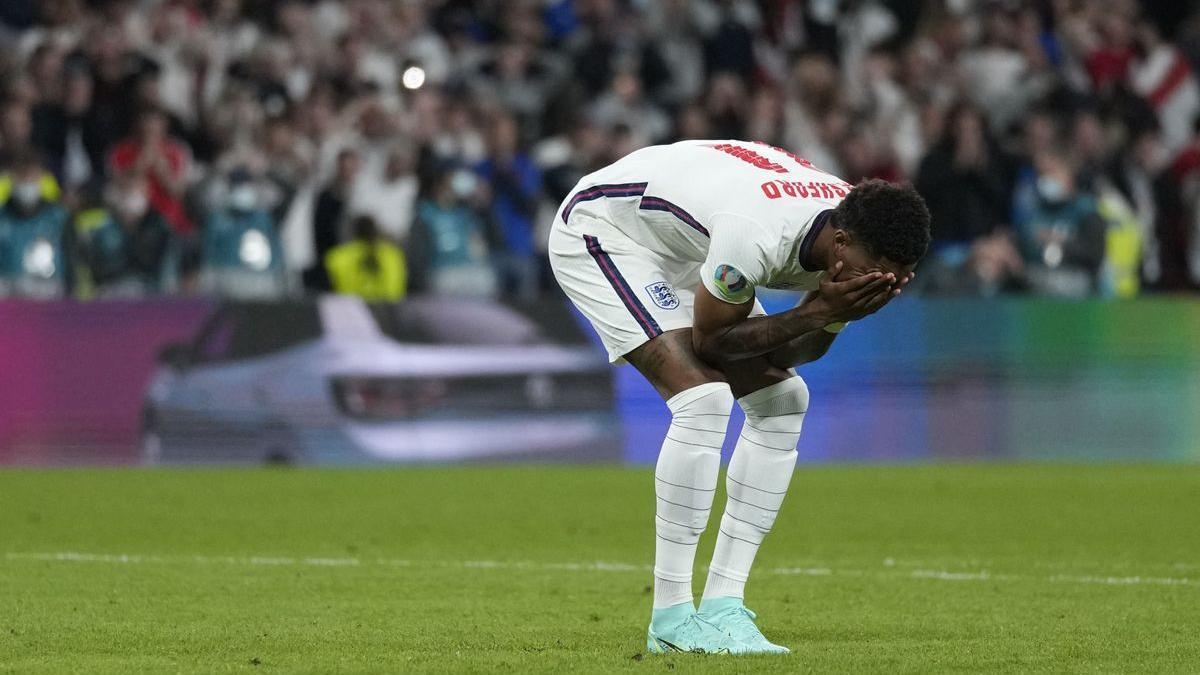 Rashford se lamenta tras fallar un penalti en la tanda decisiva de la final de la Eurocopa ante Italia