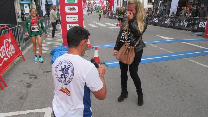 Petición de boda nada más finalizar la Media maratón Ruta de la Reconquista, en Cangas de Onís