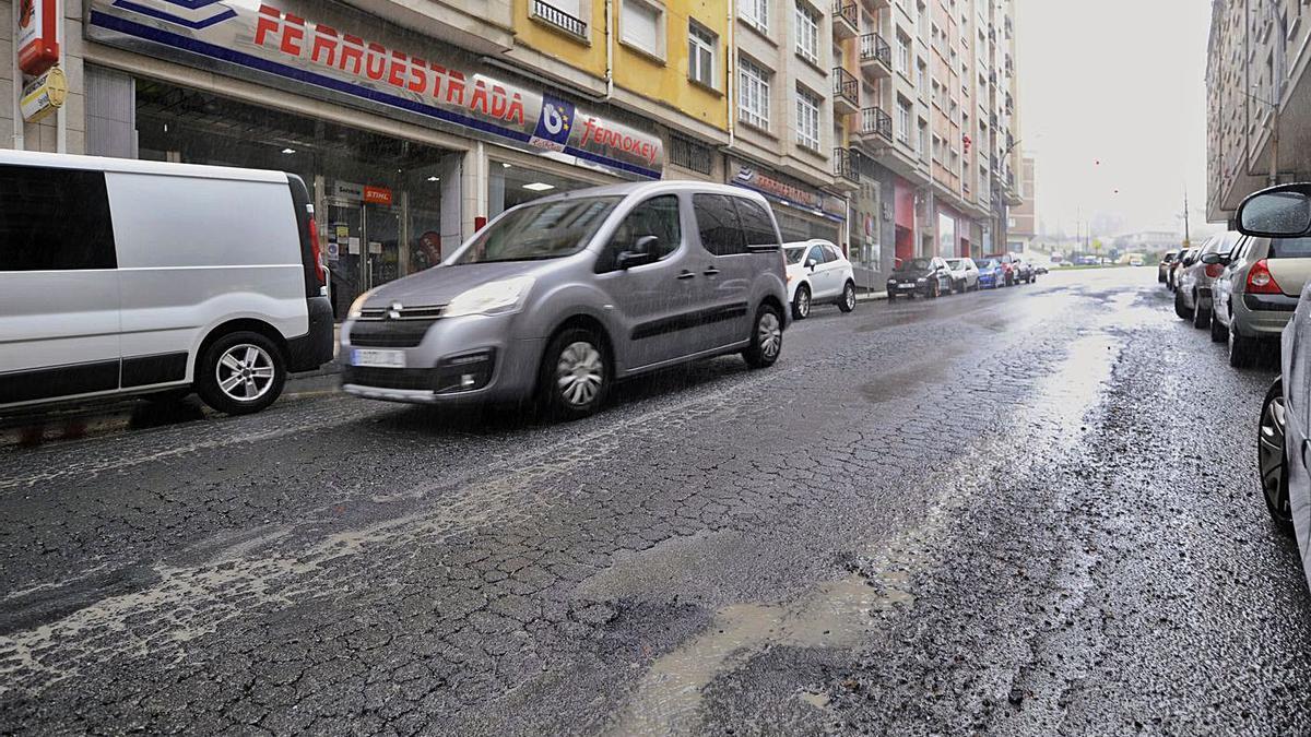 Procuran una solución técnica que evite el constante deterioro de la Avenida de Santiago.  | // BERNABÉ/CRIS.M.