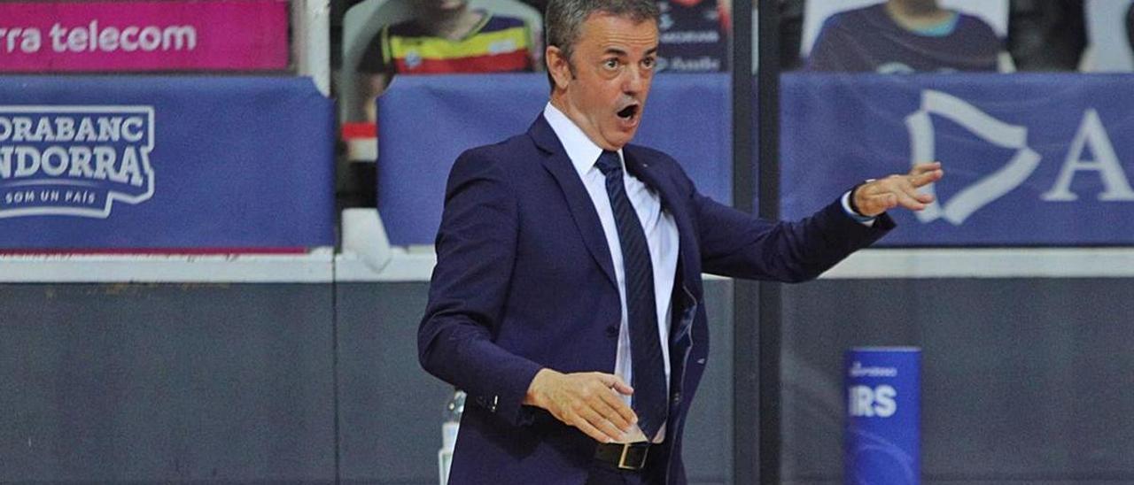 Porfi Fisac da instrucciones a sus jugadores durante el partido del pasado domingo en la pista del MoraBanc Andorra.     CBGC