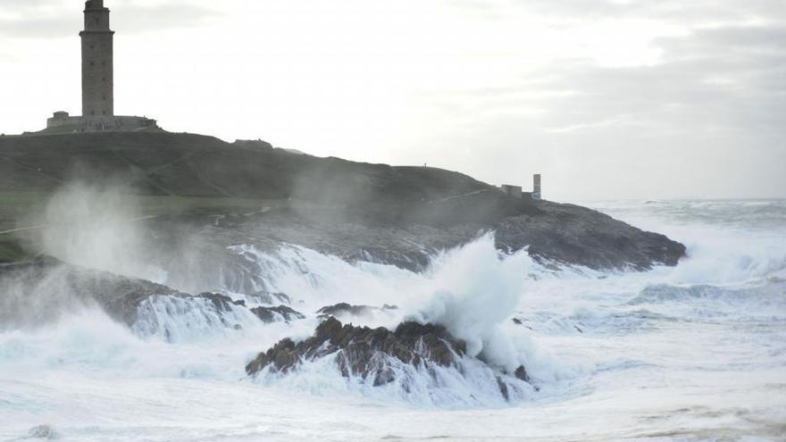 La Torre de Hércules, cerrada por temporal costero con alerta naranja