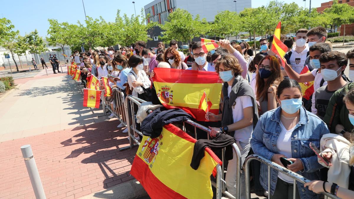 Estudiantes muestran su apoyo al Rey en las puertas del Paranimf