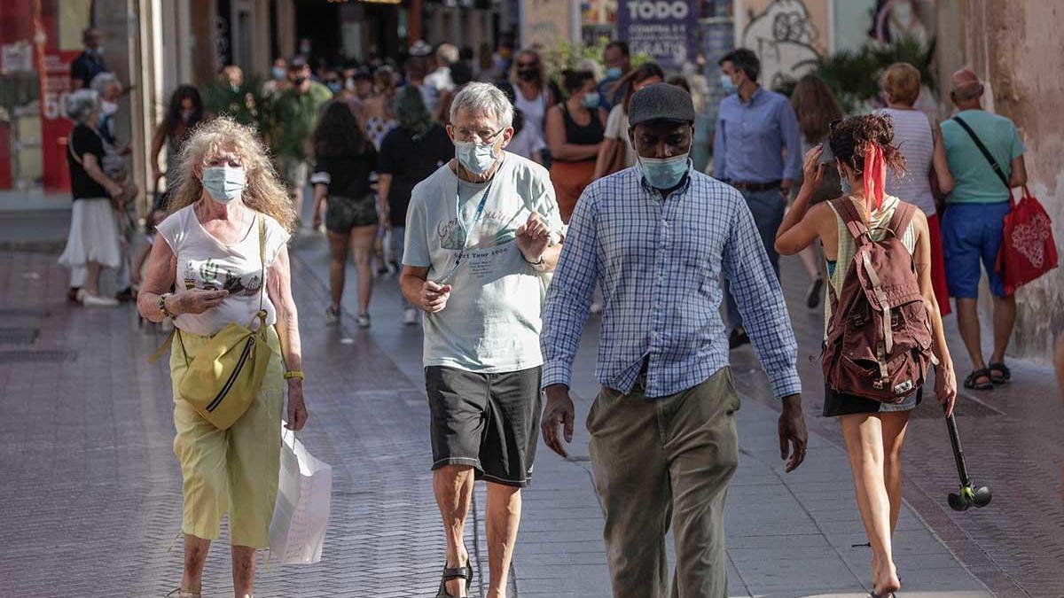 Gente paseando en el centro de Palma.