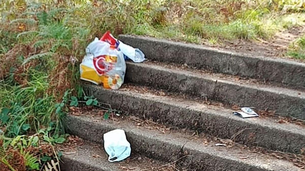 Escaleras que unen el barrio de Sabaceda y el casco urbano de Moaña, con restos de basura.   | // FDV