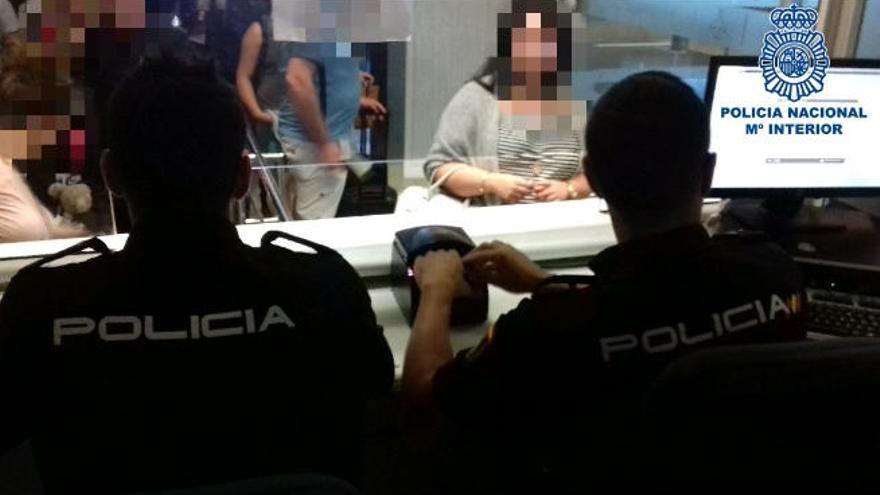 Cuatro arrestados por intentar viajar desde la Isla con documentos falsos