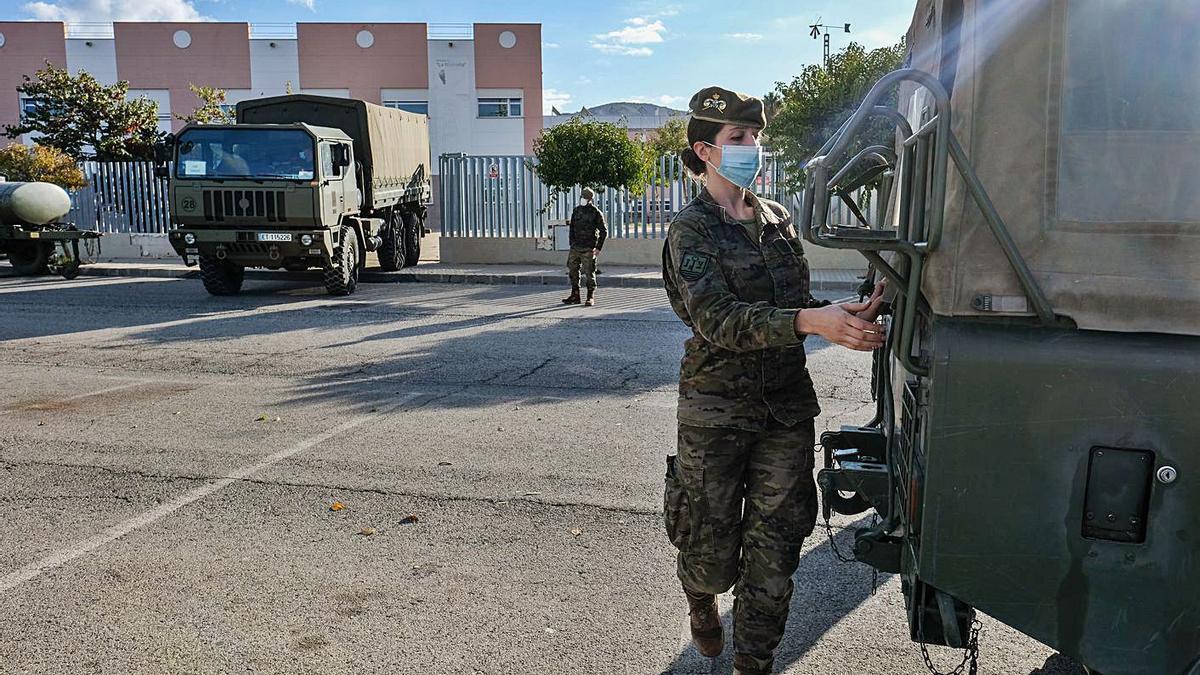 El Ejército desinfecta una residencia con un brote en Petrer.
