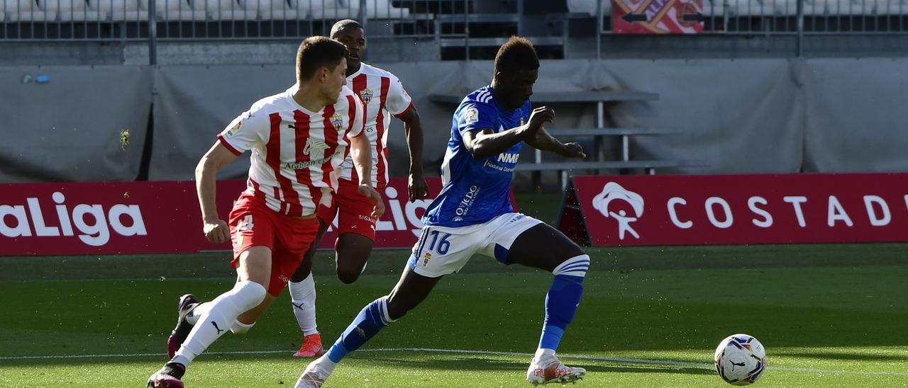 Obeng, con el balón, durante el partido ante el Almería