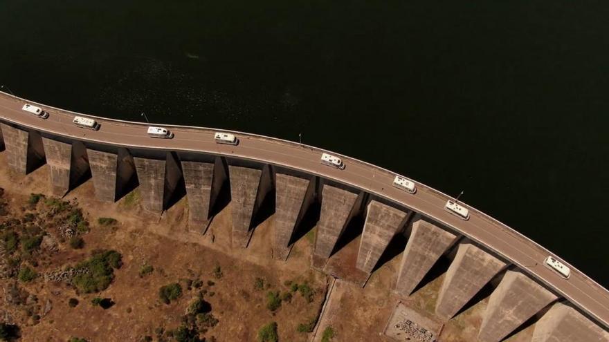 La caravana de 'Volando Voy' en su llegada a la presa de Almendra.