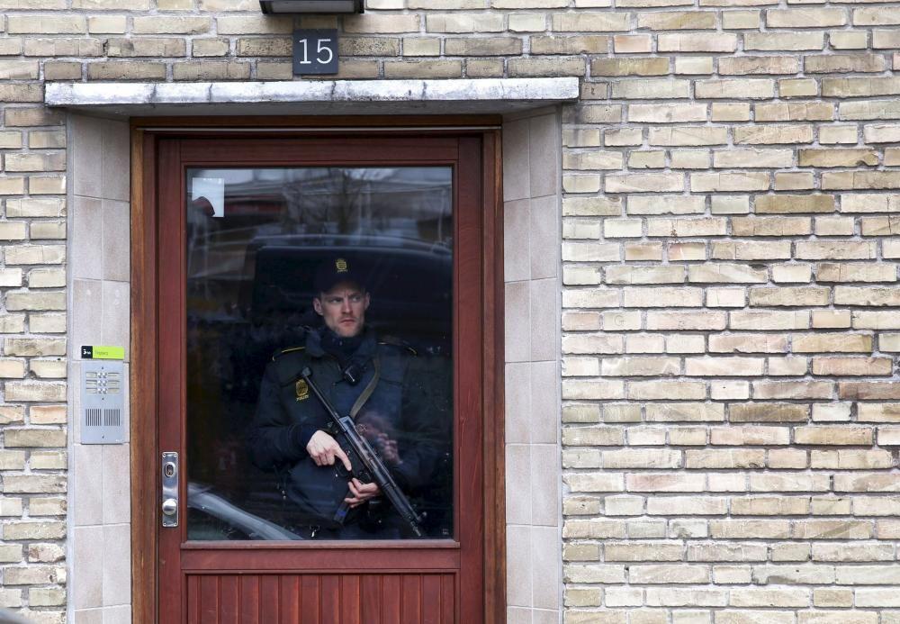 Un policía hace guardia en el edificio de apartamentos en el que la inteligencia danesa detectó que podrían estar viviendo individuos sospechosos de haber viajado a Siria para unirse al Estado Islámico.
