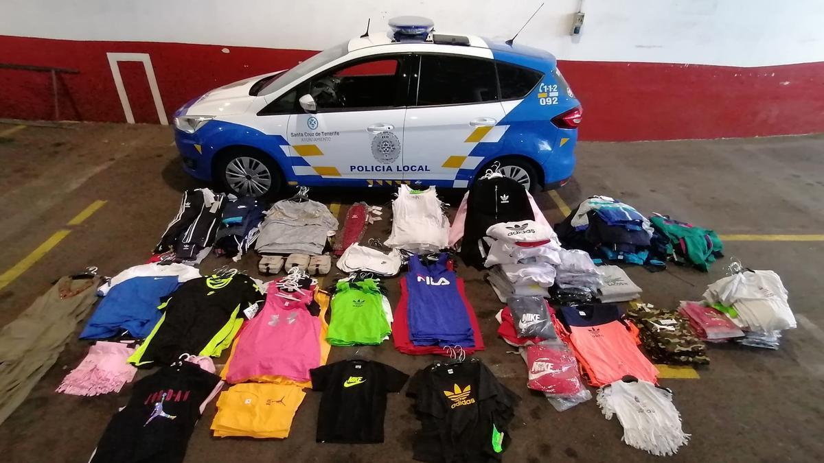 La ropa falsificada que ha sido incautada por la Policía Local en el Rastro de Santa Cruz.