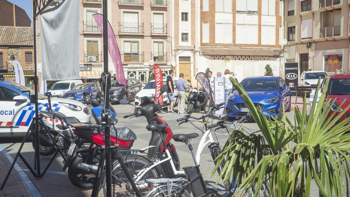 Exposición de vehículos híbridos y elécricos al aire libre durante una reciente Semana de la Movilidad.