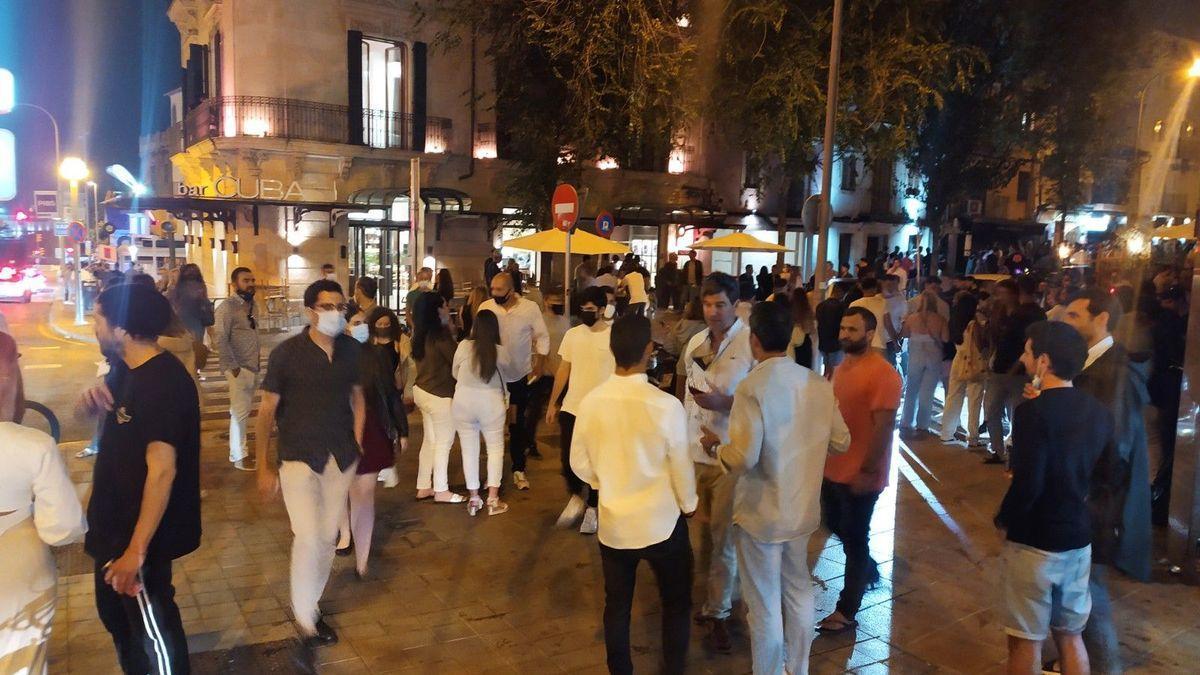 Menschenansammlung im beliebten Carrer Sant Magí in Santa Catalina in Palma.