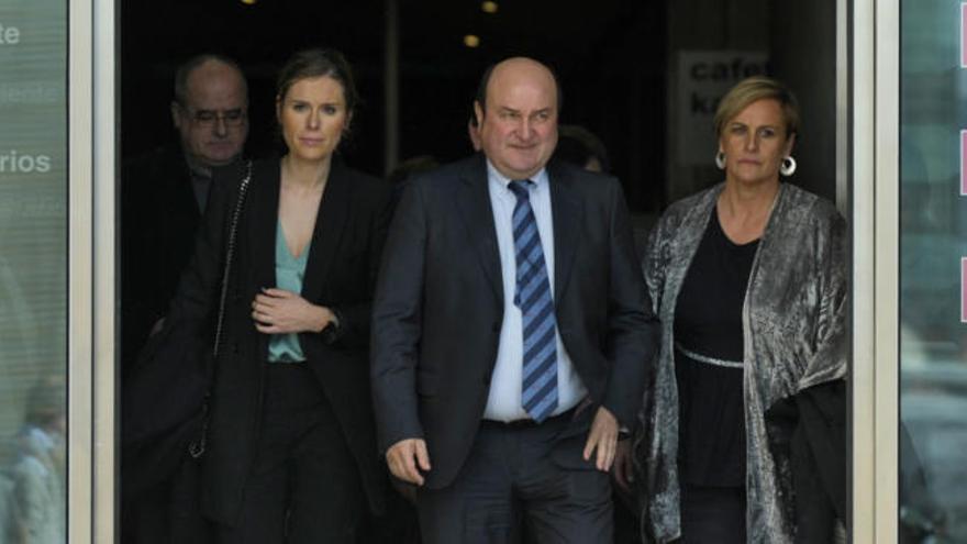 Las figuras de la política se acercan hasta el tanatorio para despedir a Arzalluz