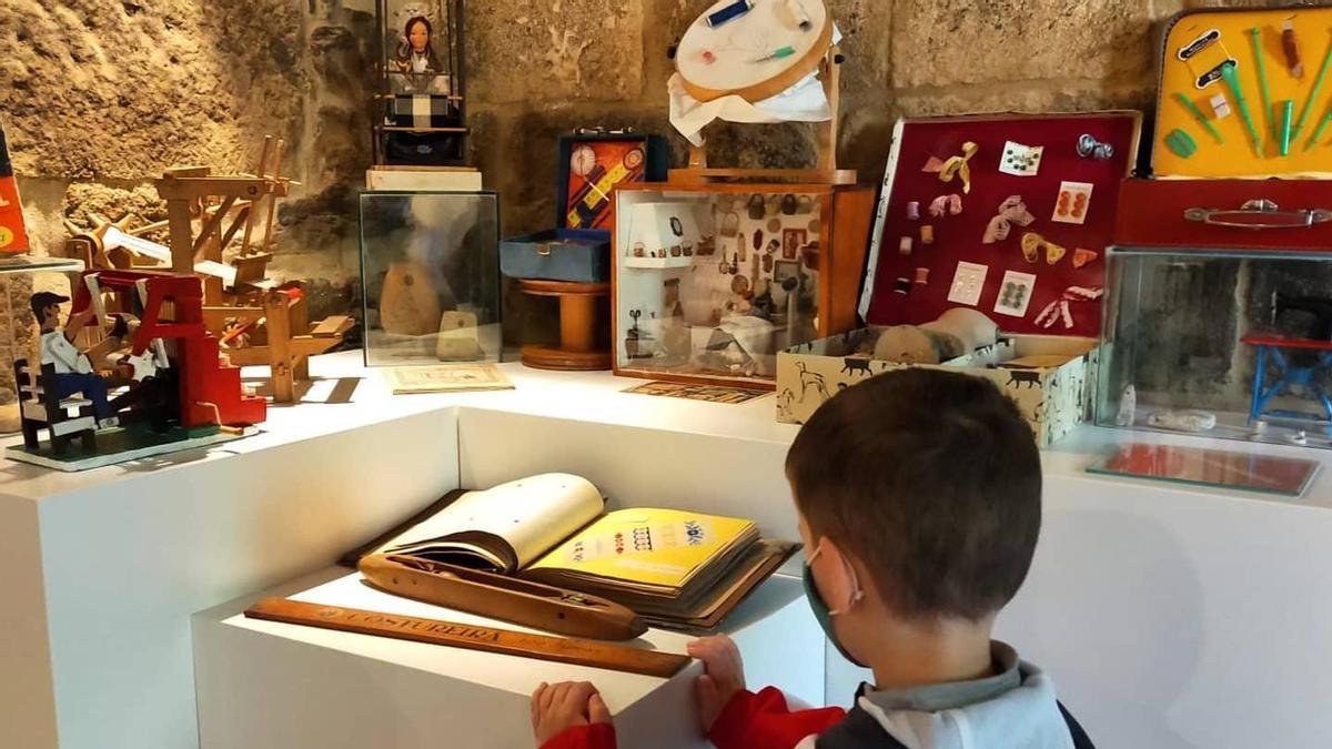 Un niño observa una parte de la colección instalada en Liñares.