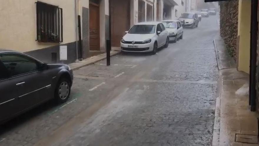 VÍDEO. La lluvia torrencial convierte en un río las calles de Morella / J. ORTÍ