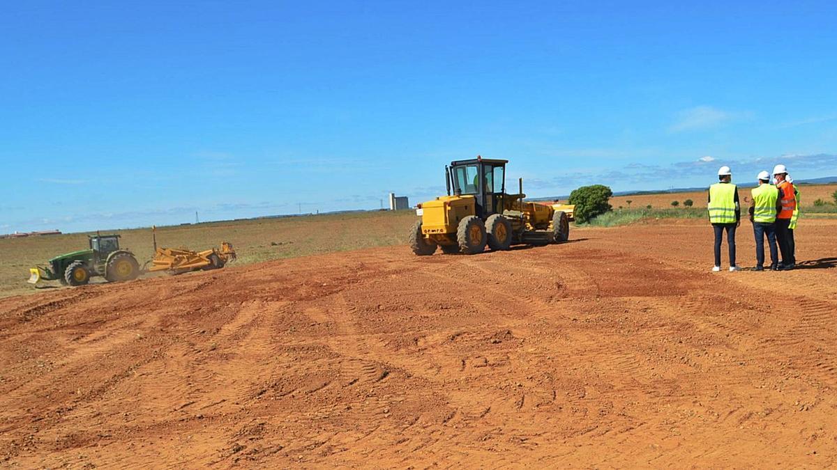 Trabajos de explanación de los terrenos que se estaban realizando ayer.   E. P.