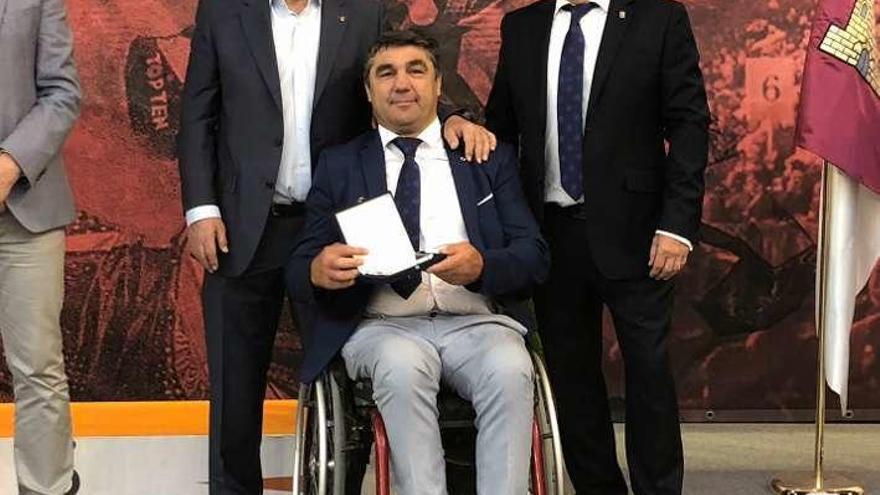 Simón González recibe la insignia al mérito del deporte