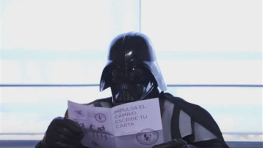 Darth Vader rompe su carné del PP en un vídeo de Podemos que le suma a su cambio