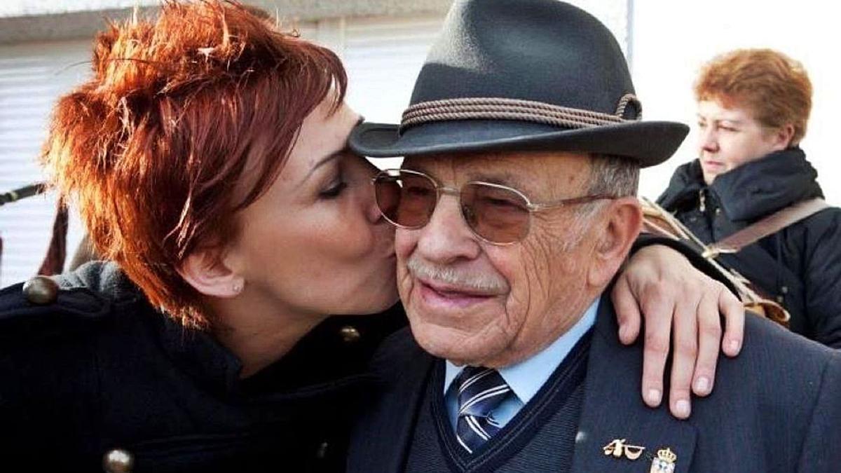 Susana Seivane bica ao seu avó Xosé Manuel Seivane, na homenaxe polo seu 90 aniversario.     // L. O.