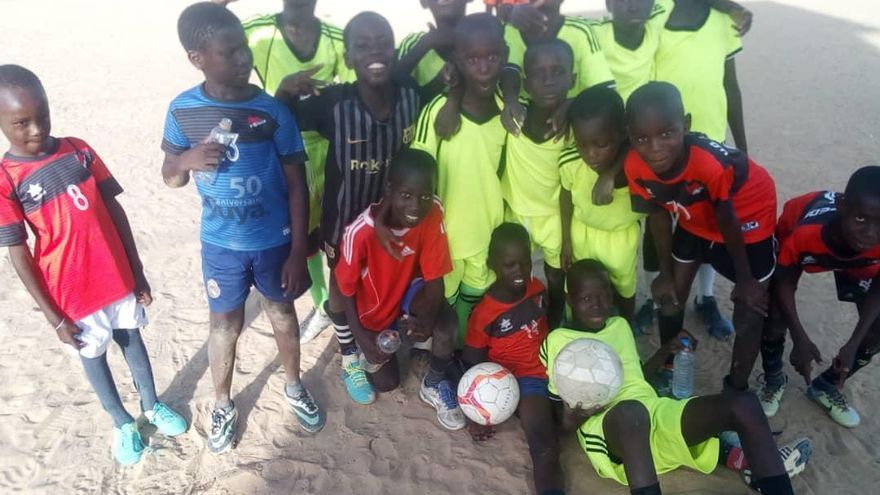 El San Pedro reparte camisetas de fútbol a menores de África