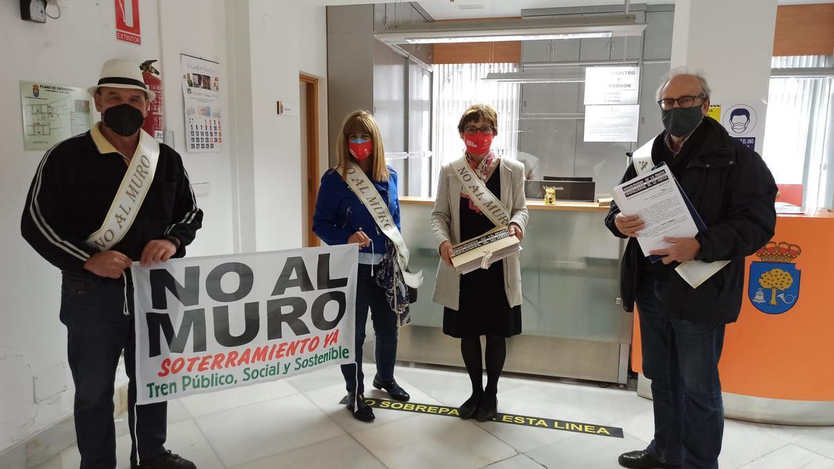 Miembros de la plataforma, tras registrar las firmas en el ayuntamiento moralo.