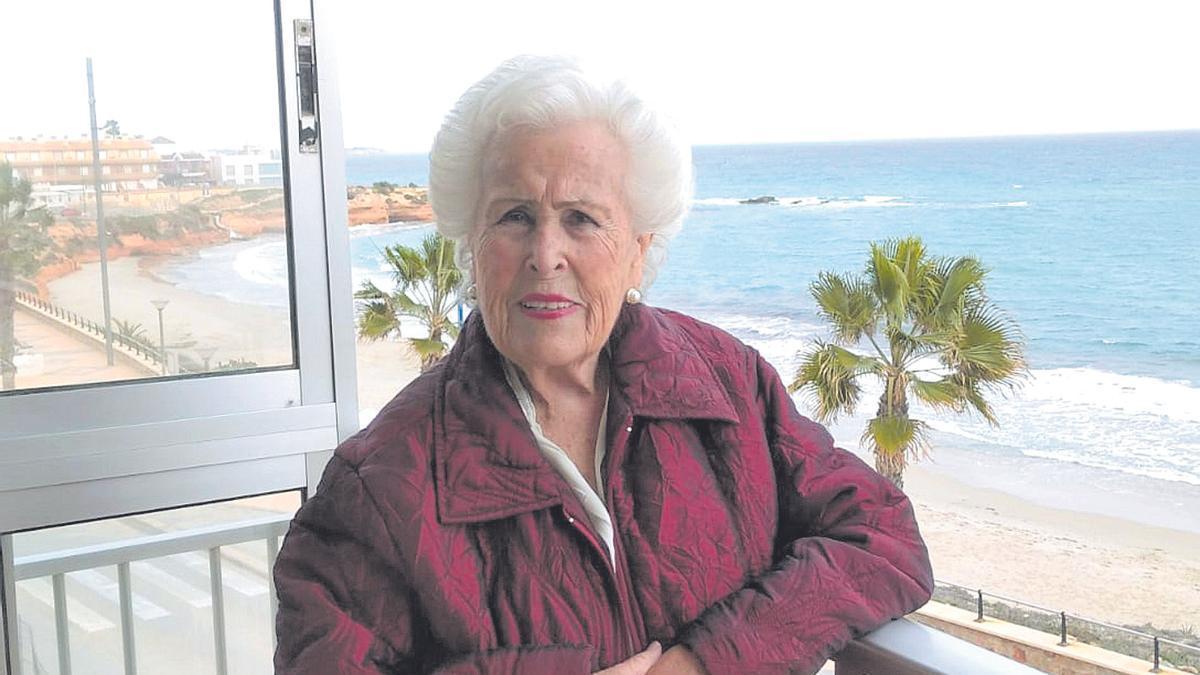 Ana Jiménez, en el balcón de su casa en Torre de la Horadada, en Alicante.