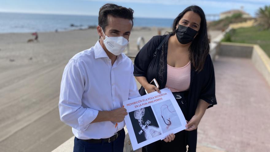 Cs exige que no se pesque en la playa canina de Fuengirola al aumentar los casos de perros que han tragado anzuelos
