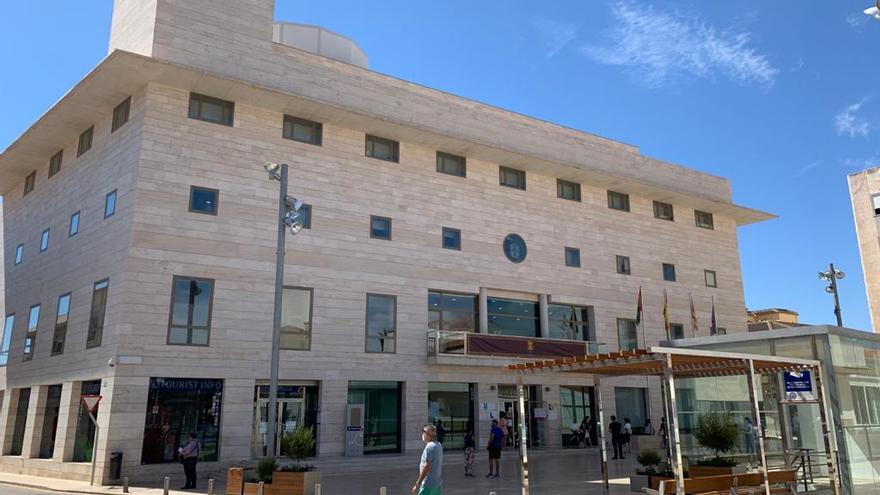 Pilar de la Horadada pone a disposición de la Conselleria de Sanidad una ambulancia Covid, médicos y enfermeros para la vacunación y pruebas PCR
