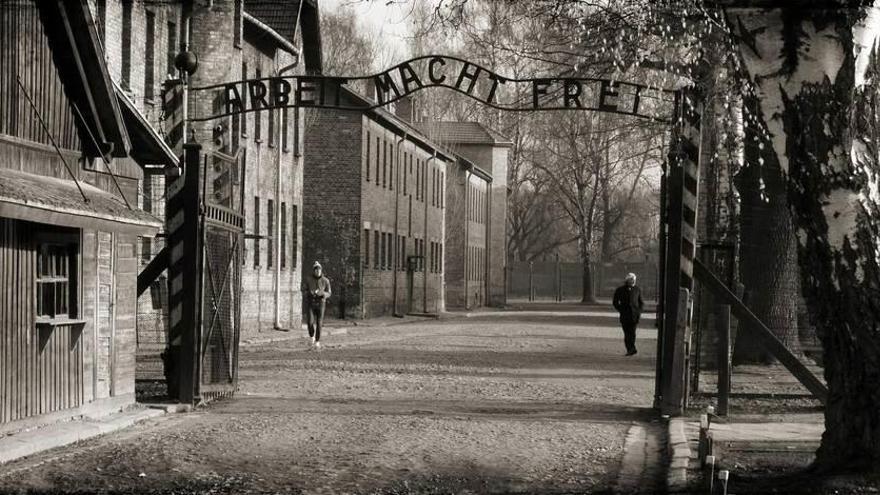 Alemania recuerda el dolor de Auschwitz en pleno renacer ultra
