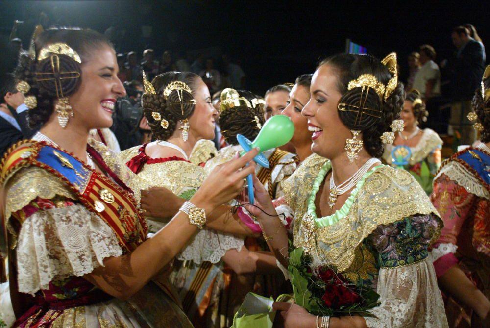 Corte 2005. Noelia Soria entrega el regalo a las novatas: un maxi chupete.