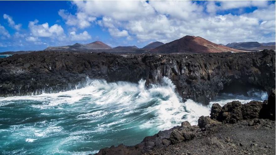 """La lava llegó al mar en Lanzarote tras seis días de """"cataratas"""": ¿cómo será en La Palma?"""