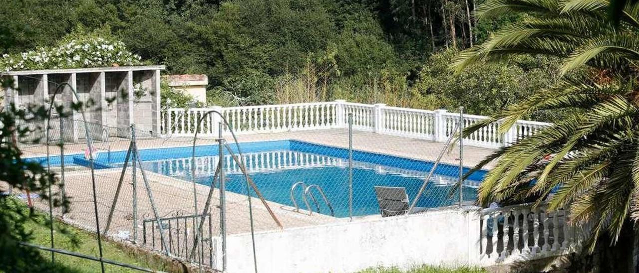 La piscina de la granja-escuela de Soto del Barco donde falleció Izan Álvarez hace un año.
