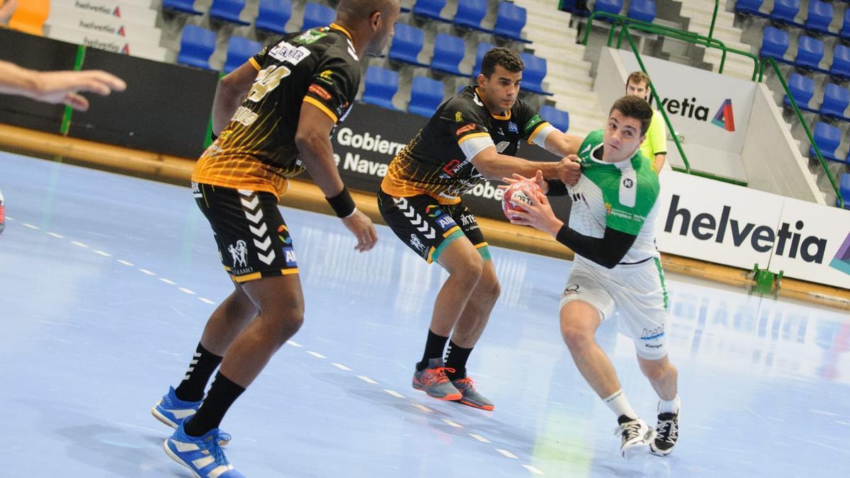 Mollino y Da Silva defienden a un rival del Anaitasuna en el encuentro de la primera vuelta.