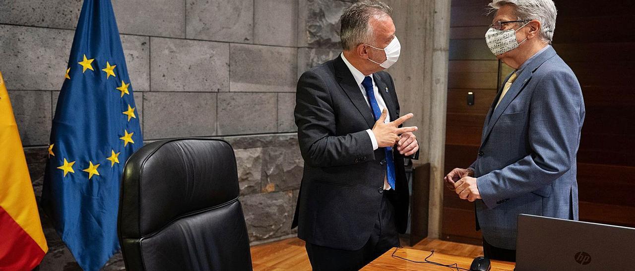 El presidente del Gobierno canario, Ángel Víctor Torres (izquierda), y el consejero de Administraciones Públicas y portavoz, Julio Pérez, ayer.
