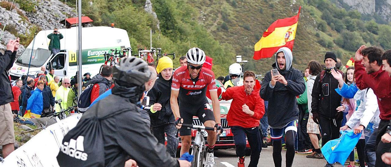 Alberto Contador, en plena ascensión al Angliru, rodeado de público, en la Vuelta de 2017.   Roberto Menéndez
