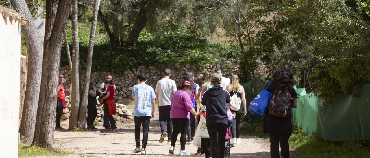Visitantes, en el paraje de la Murta durante el pasado viernes. | PERALES IBORRA