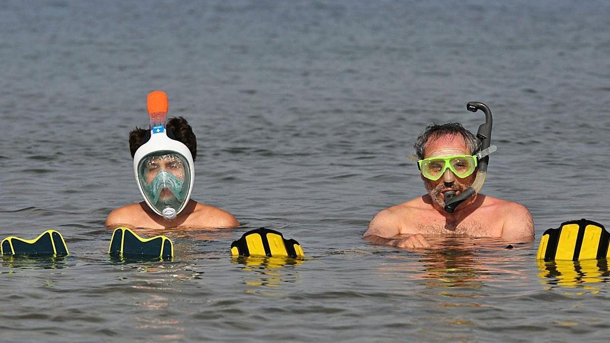El veterinario Jorge Díaz y su hijo, en la playa de Oza.     // ARCAY/ROLLER AGENCIA