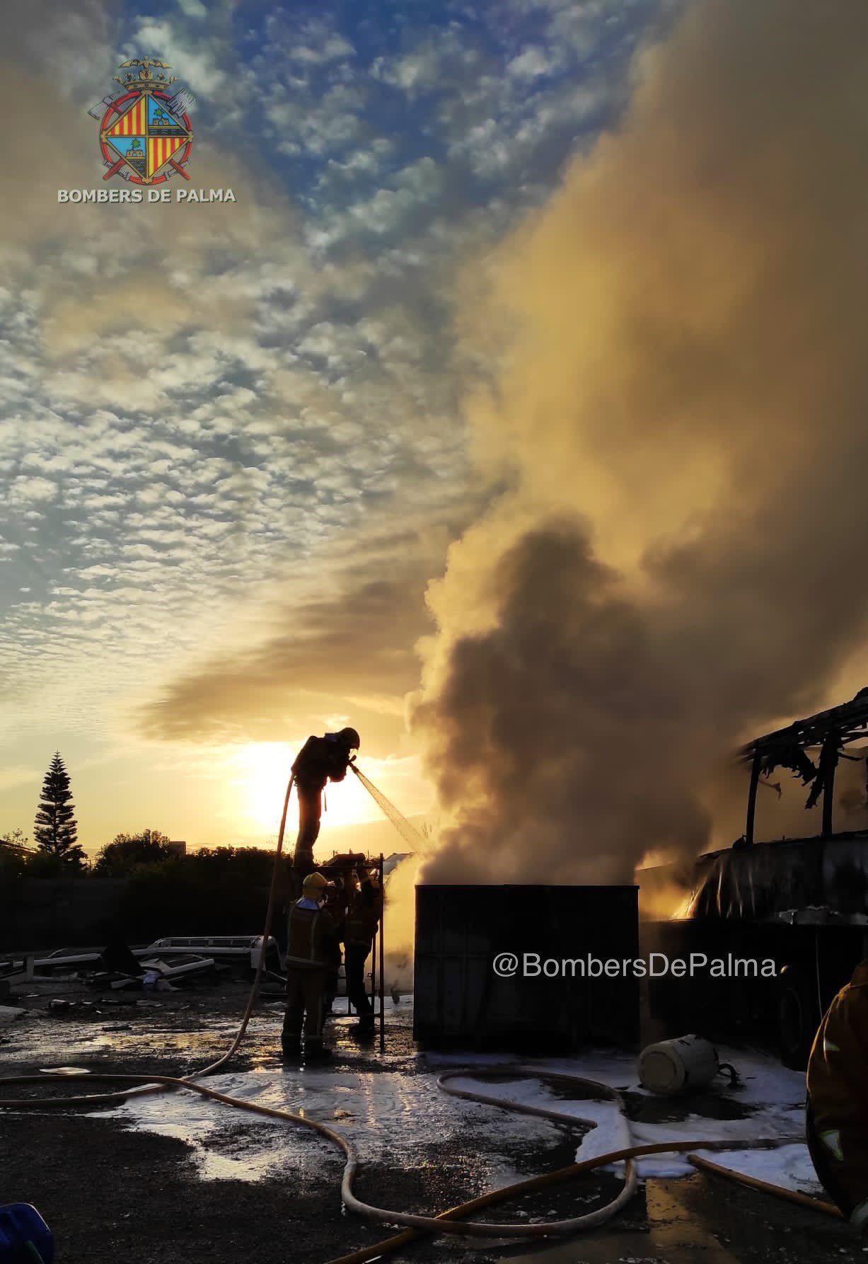 Los Bomberos de Palma extingue el incendio de un autocar abandonado en Camí de Son Palou