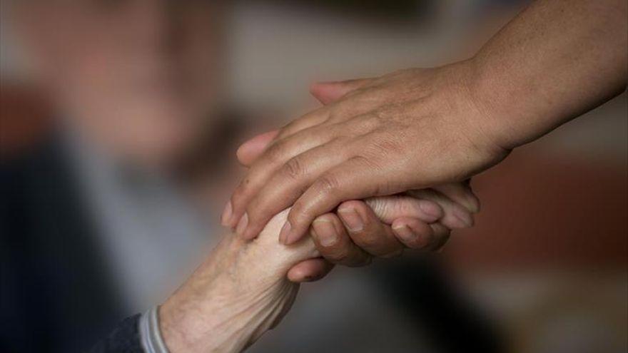 Salud empieza a llamar para vacunarse contra el covid a 60.000 cuidadores de grandes dependientes