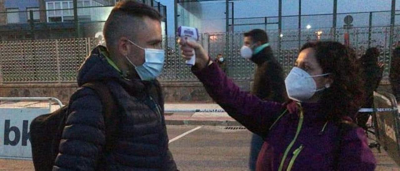 Toma de temperatura a un participante en el duatlón de Castrillón, en octubre.