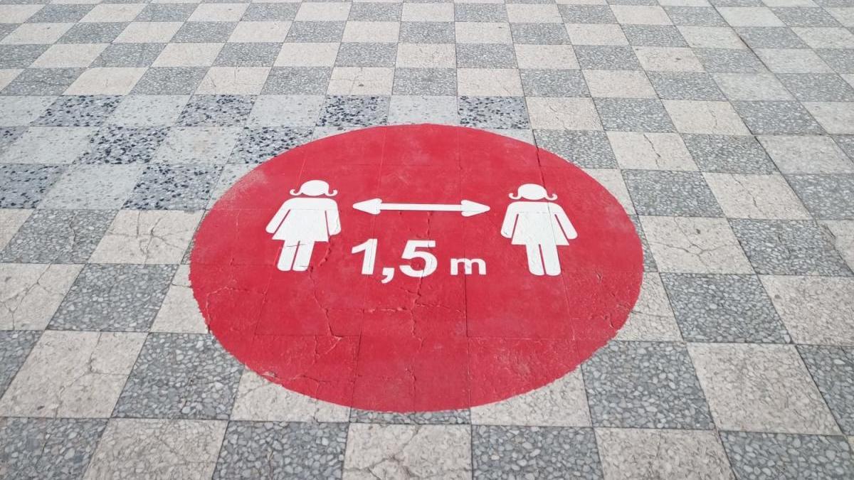 Puntos rojos instalados en Samil para obligar a mantener la distancia de seguridad que se extenderán a otras calles. // FdV