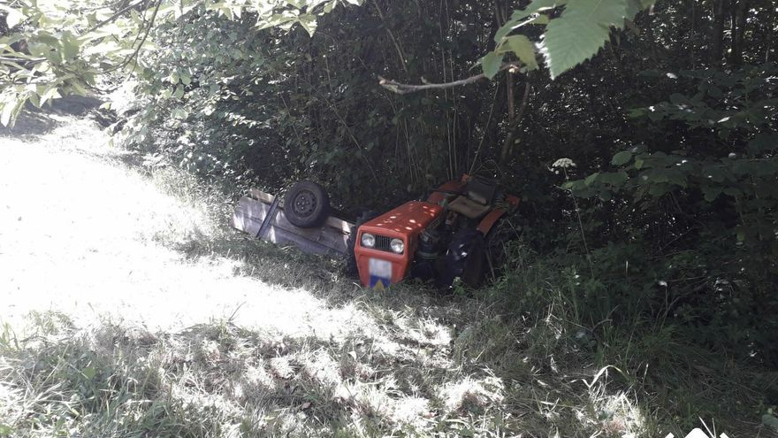 Herido un hombre de 85 años tras volcar con un tractor en Parres