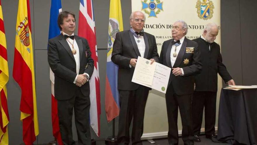 El presidente cubiculario, cruz de oro de la Fundación de Fomento Europeo