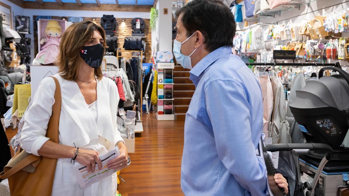 La Concejala Delegada de Comercio, Carolina Andreu, junto a Narciso Samaniego, director del área de competitividad de la Cámara de Zaragoza, en la tienda Baby Zity.