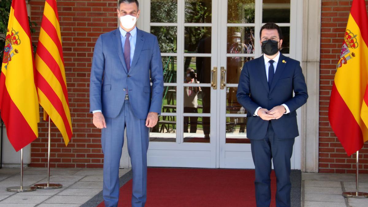 Els presidents Pedro Sánchez i Pere Aragonès, a l'escala de la Moncloa abans de reunir-se el 29 de juny de 2021