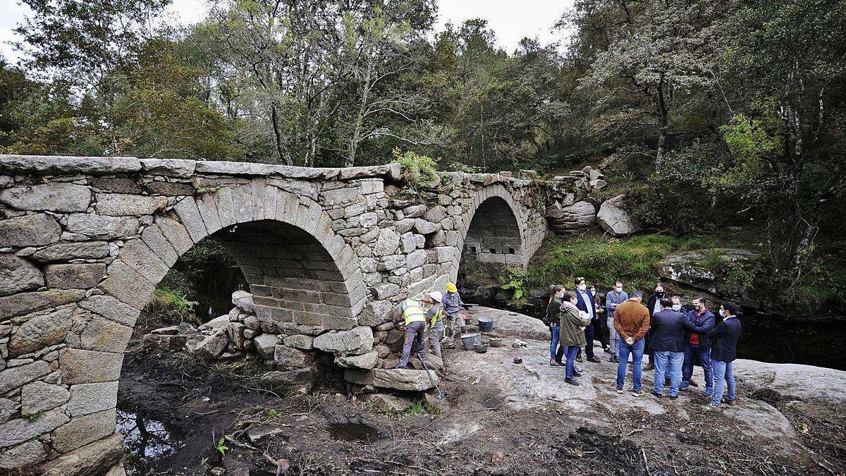 Políticos e investigadores de Lalín visitaron ayer los trabajos de recuperación del puente que une Lalín y Agolada.
